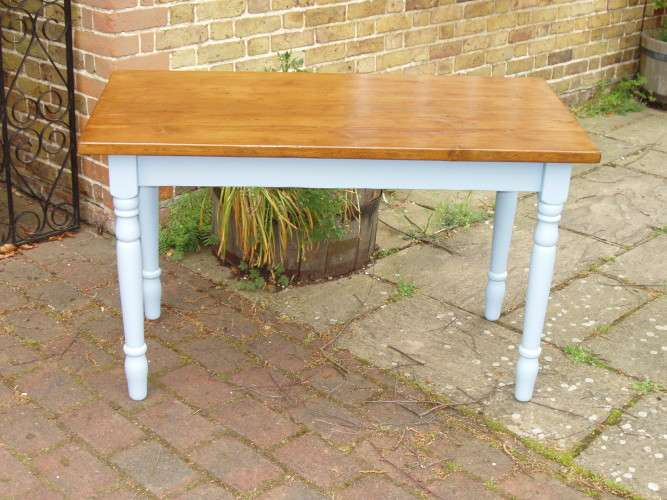 Paint finish on the shabby-chic desk